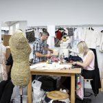 La haute couture et l'exploitation en coulisse